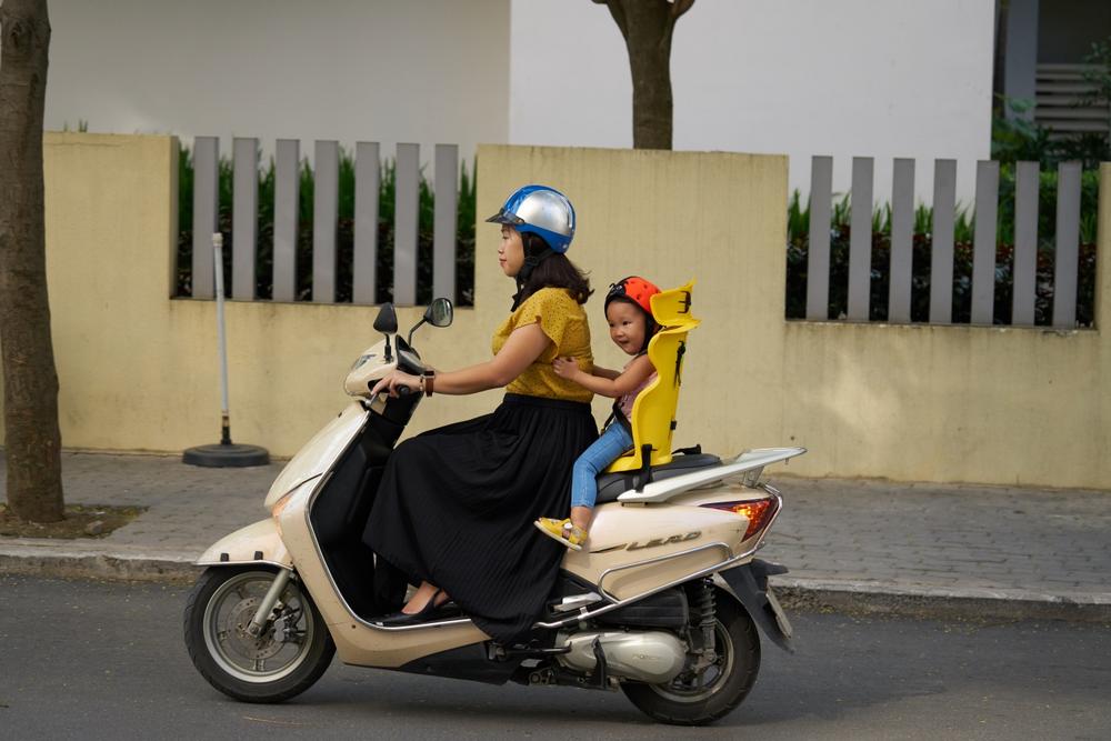 Ghế ngồi xe máy cho bé giúp bảo vệ sự an toàn cho bé khi di chuyển