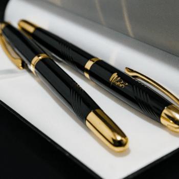 Khắc chữ lên bút