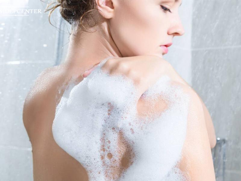 Bạn cần làm sạch vùng da lưng trước khi thoa kem trị mụn
