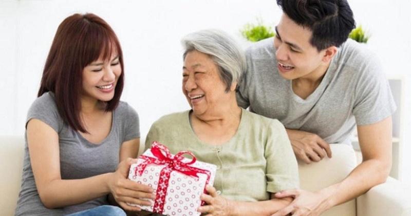 Mỗi món quà tặng đều mang nhiều ý nghĩa khi trao đến ông bà